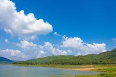 Belle rivière de montagne de nature et ciel bleu Photographie stock
