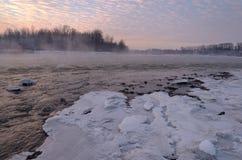 Belle rivière de montagne pendant l'hiver au coucher du soleil Puissant pour photographie stock libre de droits