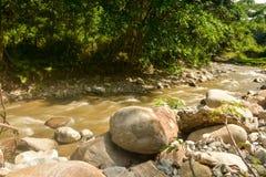 Belle rivière de Paniki avec l'eau brunâtre et l'écoulement doux photo stock