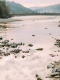 Belle rivière Prut de montagne dans Carpathiens, Ukraine images libres de droits