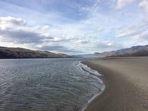 Belle rivière scénique de Kamloops à côté des montagnes et d'une plage Images stock