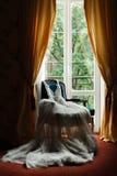Belle robe de mariage dans les appartements Photographie stock libre de droits