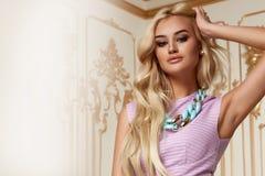 Belle robe de soirée sexy de rose de cheveux blonds de femme acsessory Photographie stock libre de droits