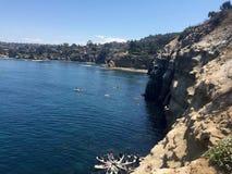 Belle rocce costiere di SO-CO lungo l'acqua Fotografia Stock Libera da Diritti