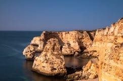 Belle rocce a Praia da Marinha fotografia stock libera da diritti
