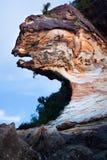 Belle roche de grès à la plage image stock