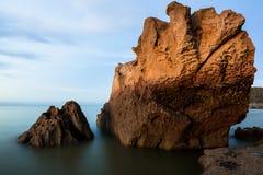 Belle roche de grès à la plage photo libre de droits