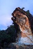 Belle roche de grès à la plage Photos stock