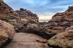 Belle roche de grès à la plage photo stock