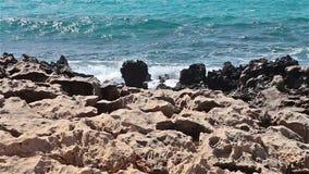 Belle roche près de plage de Nissi sur l'île de la Chypre banque de vidéos