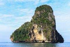Belle roche sur la mer Images stock