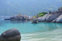 Belle roche sur le fond bleu de mer photographie stock libre de droits