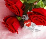 Belle rose con il contenitore & il cuore di regalo Immagine Stock Libera da Diritti