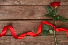 Belle rose de rouge avec le ruban sur un fond en bois, vue supérieure Amour ou concept de jour du ` s de valentine Images stock