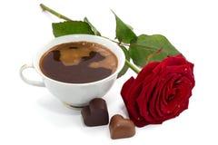 Belle rose de rouge, tasse de café et bonbons au chocolat d'isolement Photos libres de droits