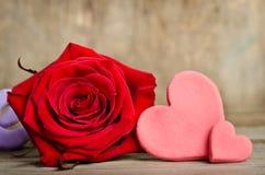 Belle rose et deux coeurs faits main Photos stock