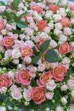 Belle rose rosse e rosa fresche Bello mazzo delle rose Foto verticale fotografia stock