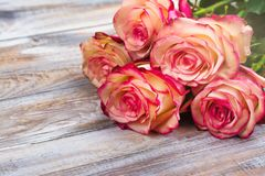 Belle rose su fondo di legno Cartolina d'auguri di giorno di biglietti di S. Valentino o di giorno di madri Immagini Stock Libere da Diritti