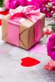 Belle rose su fondo di legno Cartolina d'auguri di giorno di biglietti di S. Valentino o di giorno di madri Fotografia Stock Libera da Diritti