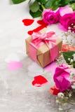 Belle rose su fondo di legno Cartolina d'auguri di giorno di biglietti di S. Valentino o di giorno di madri Fotografia Stock