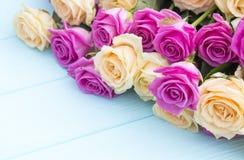 Belle rose su un fondo del blu di turchese Fotografie Stock