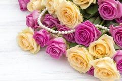 Belle rose su un fondo di legno bianco Immagini Stock Libere da Diritti