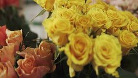Belle rose in un negozio di fiore stock footage