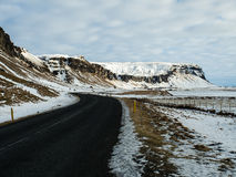 Belle route avec la montagne couronnée de neige le long Images libres de droits