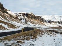 Belle route avec la montagne couronnée de neige le long Image stock