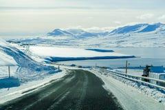 Belle route avec la montagne couronnée de neige pendant l'hiver en Islande Photos libres de droits