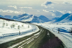 Belle route avec la montagne couronnée de neige pendant l'hiver en Islande Images libres de droits