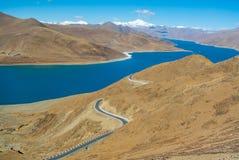 Belle route avec le lac et les montagnes bleus Image stock