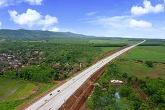 Belle route de péage d'Ungaran sous le ciel bleu photos libres de droits
