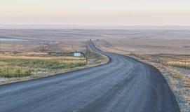 Belle route ensoleillée dans le coucher du soleil photos libres de droits