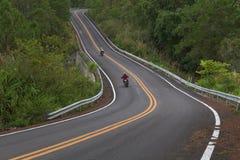 Belle route goudronnée de montagne avec la courbe et le double lin jaune Images libres de droits