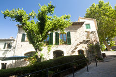 Belle rue dans Valldemossa, vieux village méditerranéen célèbre de Majorca Espagne Image stock