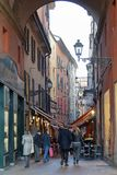 Belle rue de Bologna sur le coucher du soleil photo stock