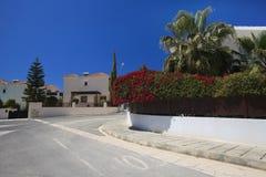 Belle rue méditerranéenne dans les sud de la Chypre photographie stock libre de droits