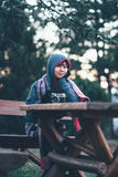 Belle séance extérieure de jeune fille avec l'appareil-photo sur la table Photo libre de droits
