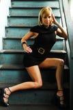 Belle séance modèle sur des escaliers Images stock