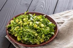 Belle salade verte de Paleo avec le concombre et l'avocat sur Grey Wooden Background foncé, horizontal photographie stock libre de droits