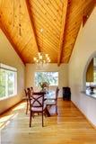 Belle salle à manger avec le plafond voûté haut images stock