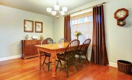 Belle salle à manger confortable décorée de l'horloge murale rustique image stock