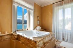 Belle salle de bains avec le jacuzzi Photos stock