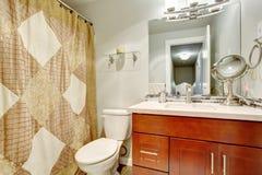 Salle de bains simple avec la pleine douche de bain photo stock image 55960324 for Belle salle de bain douche