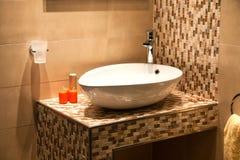 Belle salle de bains moderne dans la maison neuve de luxe Photographie stock