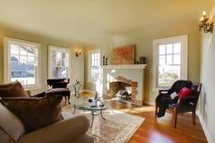 Belle salle de séjour avec la vieille cheminée. Photo stock