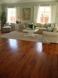 Belle salle de séjour avec les étages en bois Photo libre de droits