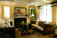 Belle salle de séjour jaune photographie stock libre de droits