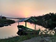Belle scène de bateau de coucher du soleil de soirée Photographie stock libre de droits